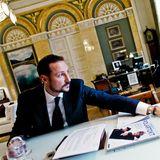 Kronprinz Haakon von Norwegen beweist, dass er ein ganz und gar moderner Thronfolger ist. Mehrere Computer stehensich in seinem goldenen Arbeitszimmer im Palast in Oslo, ergänzt durch gerahmte Familienfotos und Antiquitäten.