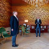 23. März 2020  Vorbildlicher geht's nicht! Da auch in den Niederlanden die Staatsgeschäfte weitergehen müssen, halten König Willem-Alexander und Martin van Rijn einen Abstand von über 2 Metern ein. Van Rijn wird im Palast Huis Ten Bosch als neuer Minister für Gesundheit und Sport eingeschworen.