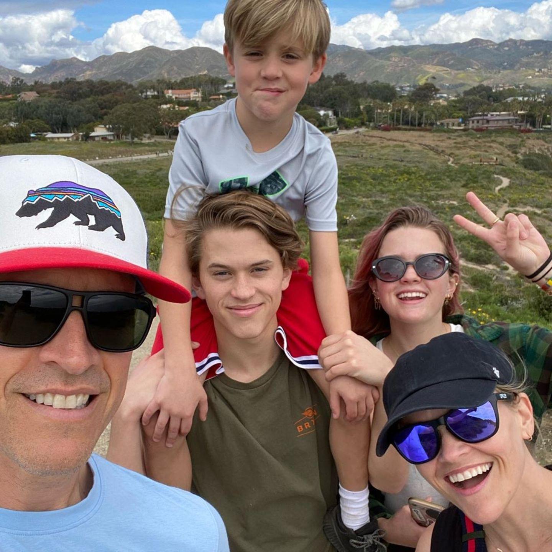 """Reese Witherspoon feiert ihren 44. Geburtstag. Auf Instagram bedankt sie sich für diesen tollen Tag: """"Einer der besten Geburtstage überhaupt! So viele aufmerksame, schöne, herzliche Nachrichten von so vielen Menschen! Einige Gedichte, ein Essen zu Hause und ein langer Spaziergang mit meiner Familie!"""" Ihr Ehemann Jim Toth, sowie die die Söhne Deacon Philippe und Tennessee James Toth und Tochter Ava Phillippe freuen sich mit der Schauspielerin."""