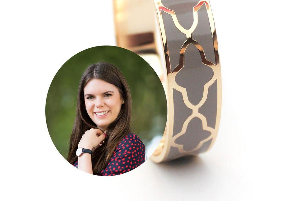 Schmuck-Layering vom Feinsten: Online-Redakteurin Jessica kombiniert gerne auffällige Schmuckstücke, wie diesen Hingucker-Armreifen, mit zarteren Teilen.