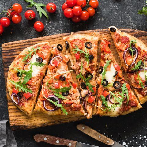 Selbstgemachte Pizza schmeckt doch meist am besten. Mit unserem Rezept gelingt der Pizzateig ohne Hefe.