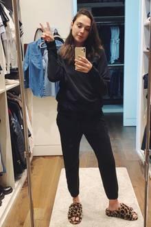 """""""Super Woman"""" Gal Gadot ist in der Coronakrise ein echtes Vorbild. In ihrem privaten Kleiderschrank zeigt sie ihren Followern ihre wahre Superkraft: Sie bleibt zu Hause! Mit einem liebevollen Appell ruft sie ihre Fans dazu auf, das Virus ernst zu nehmen und die Selbstabschottung einzuhalten."""