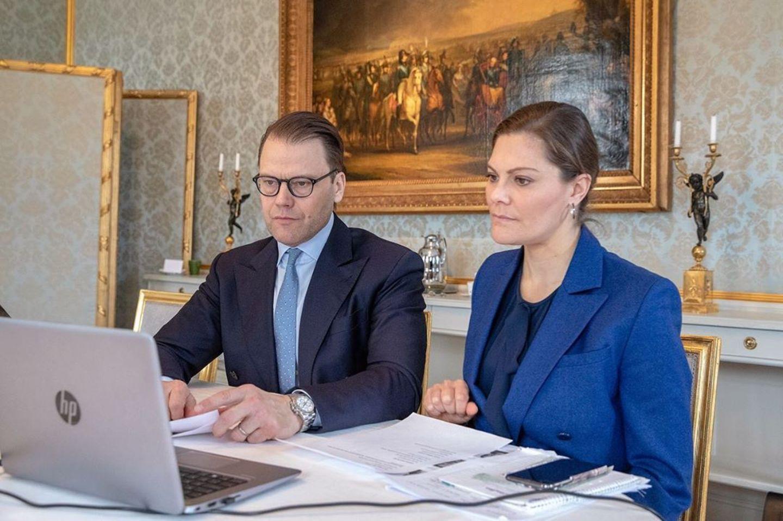 24. März 2020  In der Coronakrise arbeiten auch Prinz Daniel und Prinzessin Victoria im Homeoffice. Mit Telefon- und Videoanrufen informieren sie sich bei Organisationen und Unternehmen über die Situation. Das Ehepaar bedankt sich bei allen von der Coronakrise betroffenen Mitarbeitern und Mitgliedern der Organisationen für ihren Einsatz.