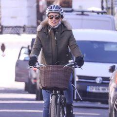 Helm ist uncool? Nee, Risiko ist's! Pippa Middleton radelt durch West-London und kombiniert ihren Helm zu Jeans, warmenParka und schwarzen Wildleder-Boots. Simpel, sicher, stylisch.