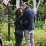 Mit diesem zärtlichen Kuss währenddes gemeinsamen Spaziergangs steht das Paar öffentlich zu seiner neuen Liebe.