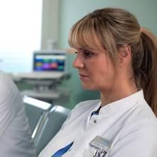 Dr. Kai Hoffmann (Julian Weigend) spricht Dr. Lea Peters (Anja Nejarri) noch einmal seine Bewunderung aus.