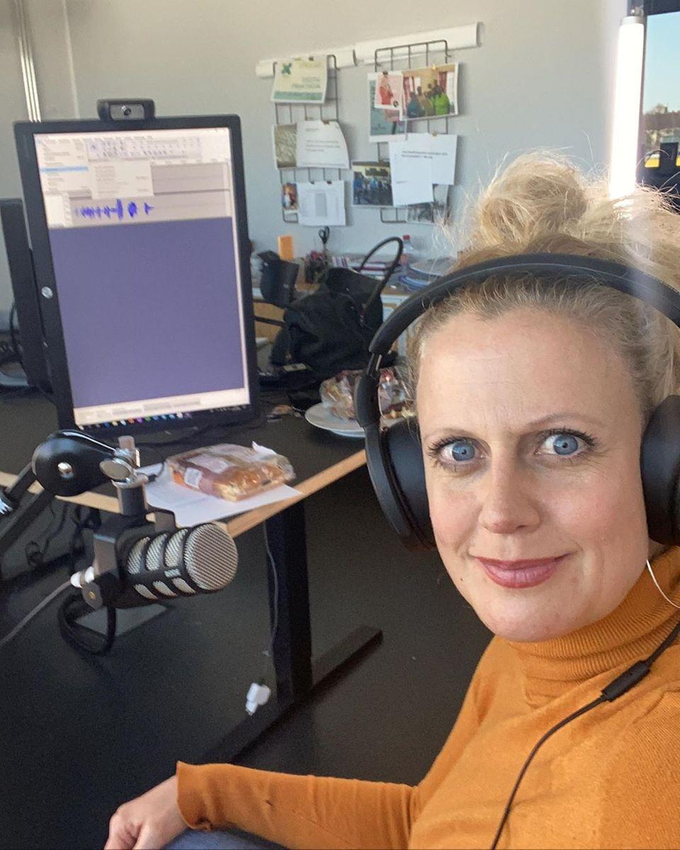 """Moderatorin Barbara Schöneberger legt ihren Schwerpunkt auf das Medium Radio. Auf Instagram äußert sie sich dazu: """"Radio machen geht ja Gott sei Dank noch. Ganz alleine aus einem sterilisierten Studio. Und mein Gast kommt per Skype. Am Wochenende : Max Giesinger!!!"""""""