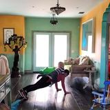 Sängerin Pink hat von ihrem Home-Workout ein Video auf Instagram gepostet. Sie trainiert mit einem 20 Kilogramm-Gewicht, nämlich ihrem dreijährigen Sohn Jameson Moon Hart. Der liegt oder steht auf ihrem Rücken und purzelt hin und wieder auch mal herunter.