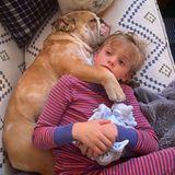"""""""Zum Glückgibt es Hunde"""", schreibt Reese Witherspoon zu diesem Kuschel-Foto, das ihren Sohn eng umschlungen mit Hundedame Lou zeigt. Mit so viel Liebe ist die häusliche Quarantäne fürTennessee doch gleich ein wenig erträglicher."""