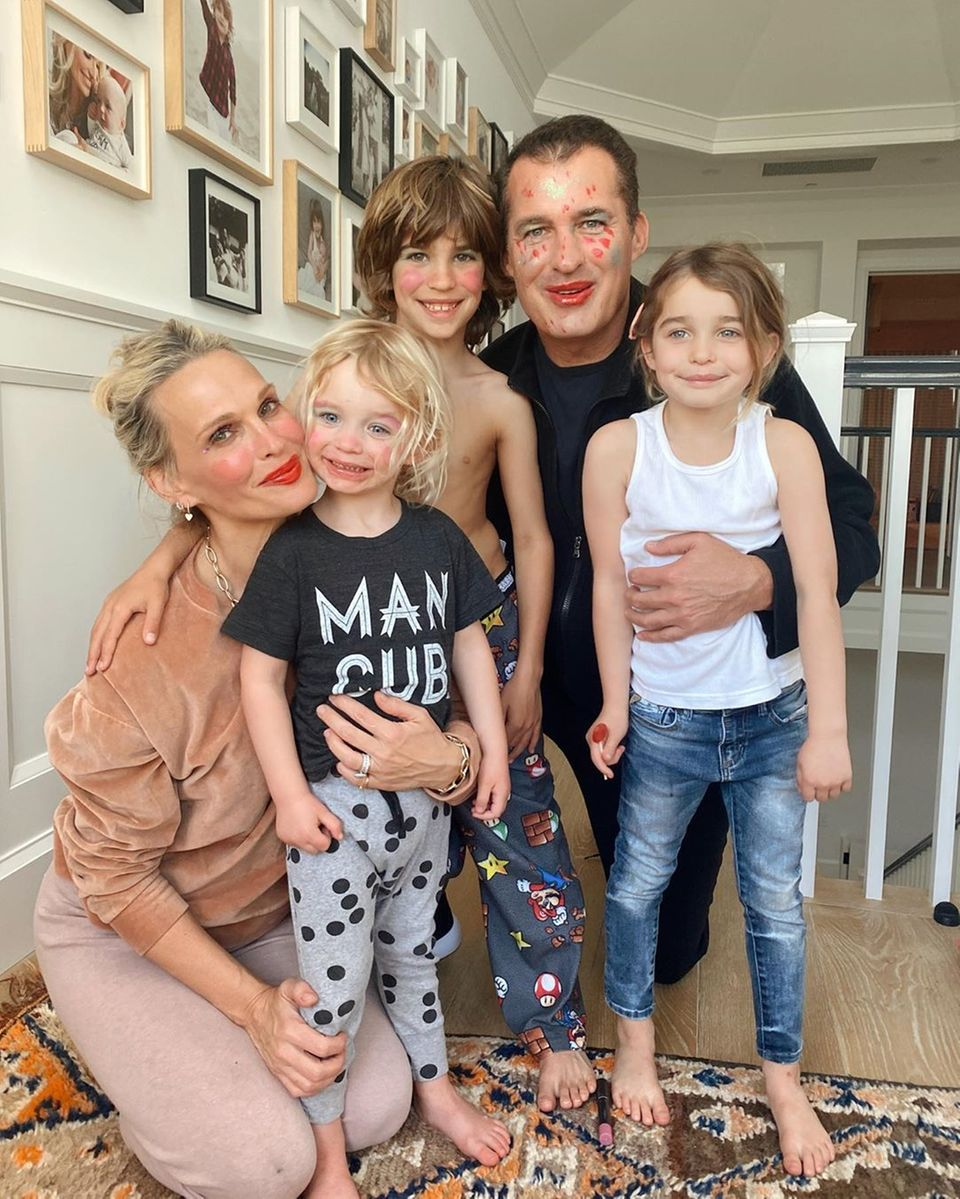 """24. März 2020  Molly Sims und Ehemann Scott Stuber starten mit ihren Söhnen Grey und Brooksin die Geburtstagswoche ihrer Tochter Scarlett. Weil wegen der Coronakrise keine anderen Kinder mit ihr eine Party feiern können, haben die Schauspielerin und der Producer sich etwas ausgedacht. Die ganze Familie schminkt sich oder malt sich an. """"Wir sehen aus wie im Zirkus, aber Hauptsache, Scar ist glücklich"""", schreibt sie auf Instagram."""