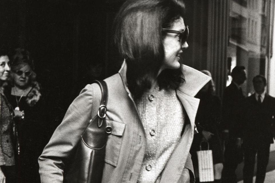 """Ursprünglich hieß diese Tasche von Gucci """"Constance"""". Doch nachdem First Lady Jackie Kennedy damit immer wieder gesehen wurde, benannte das Label sie in """"Jackie"""" um."""