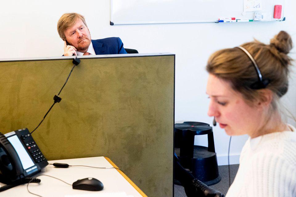 """24. März 2020  Im Kampf gegen das Coronavirus besucht König Willem-Alexander den medizinischen Gesundheitsdienst """"Herz für Brabant"""". Dort informiert er sich über die Lage und hält selbstverständlich den gebotenen Abstand ein, um niemanden zu gefährden."""