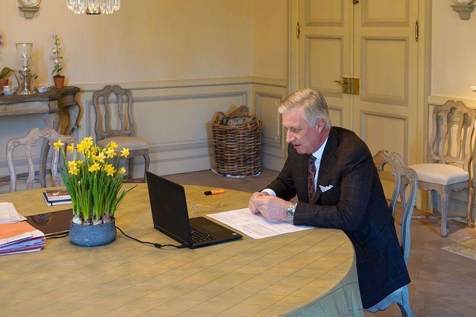24. März 2020  Der belgische König Philippe spricht via Skype mit Prof. Dr. Marc Van Ranst und seinem Team vom Rega Institut für Medizinische Forschung. Das Rega Institut ist Vorreiter im Kampf gegen Infektionskrankheiten.