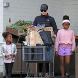 Mit vollgepacktemEinkaufswagen verlässt Hollywood-Star Charlize Theron den Supermarkt in Beverly Hills. Und da auch ihren beiden Kinder August und Jackson im Moment dankbar für ein bisschen Abwechslung sind, begleiten sieihre Mama zum Großeinkauf.
