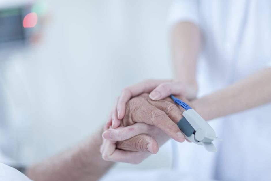 Ein pensionierter Mediziner ist in einerCoronateststelle kollabiert und nach Reanimationsversuchen in einem Klinikum gestorben. (Symbolbild)