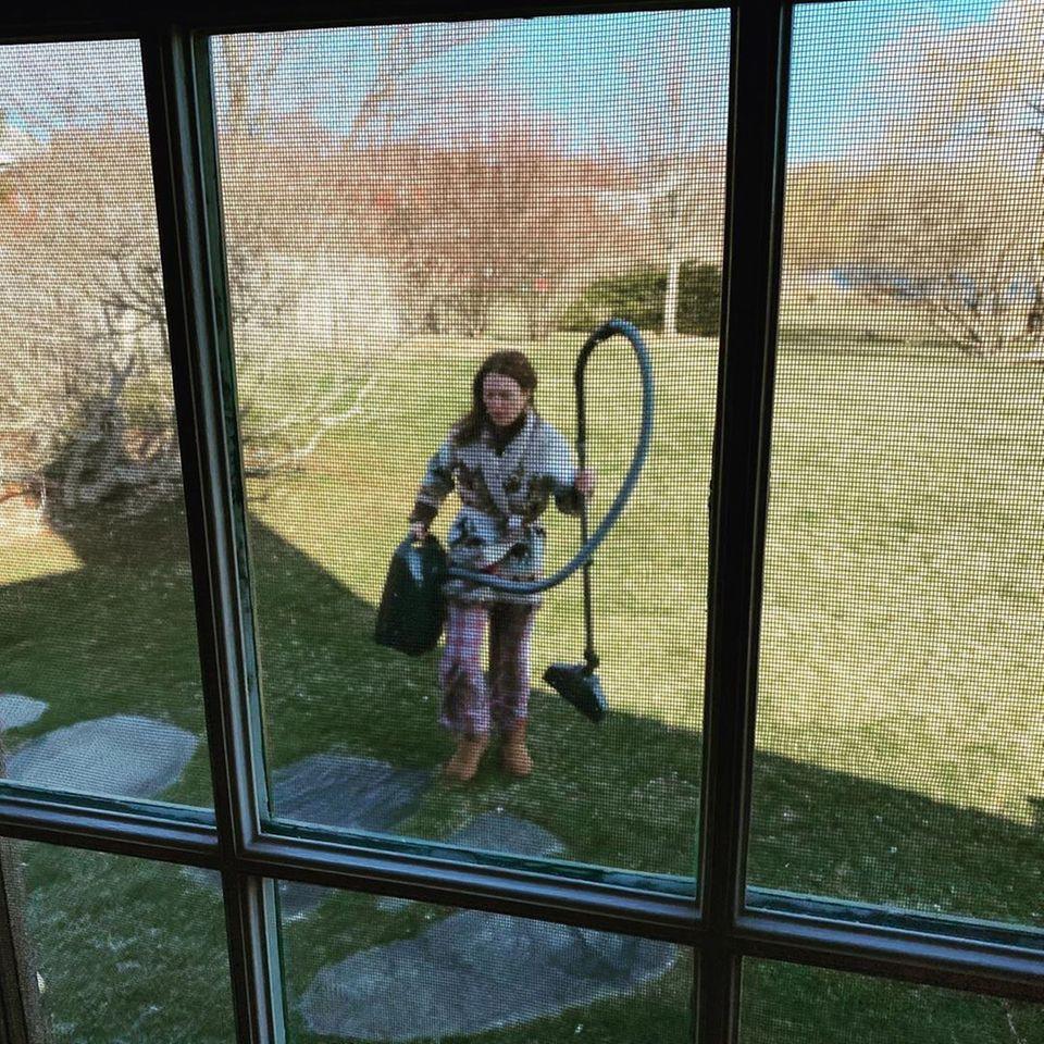 """Julianne Moore macht die Isolation zu schaffen. Auf Instagram beschreibt sie, wie es ihr damit geht: """"So starte ich meinen Tag. Ich werfe mir einen merkwürdigen Pulli über meinen Pyjama, schnappe mir den Staubsauger und mach mich an die Arbeit. Drinnen oder draußen - wo auch immer ich gerade gebraucht werde""""."""