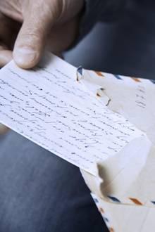 Gegen die Einsamkeit in schweren Zeiten: Selbstgeschriebene Briefe mit lieben Worten.