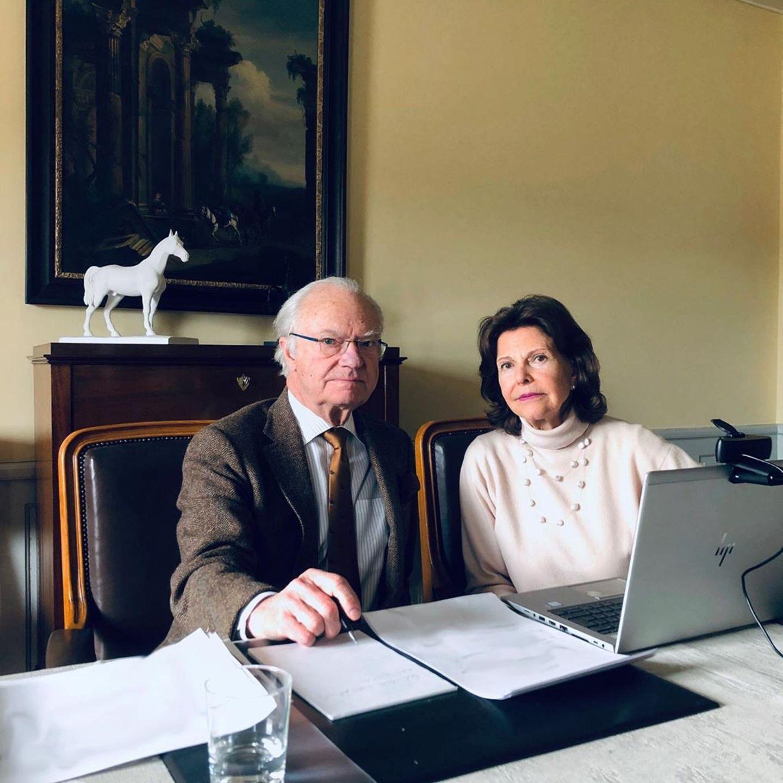 Zu Zeiten von Corona weilen König Carl Gustaf und Königin Silvia von Schweden auf ihrem Schloss Stenhammars in Södermanland. Das triste Interieur ihres Arbeitszimmer gibt jedoch auch keinen Anlass zur Freude.