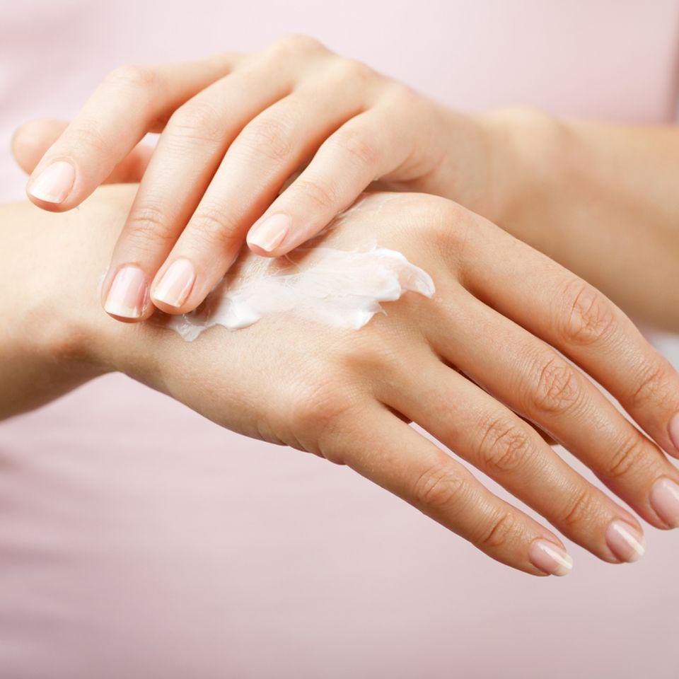 Handfläche mit Creme