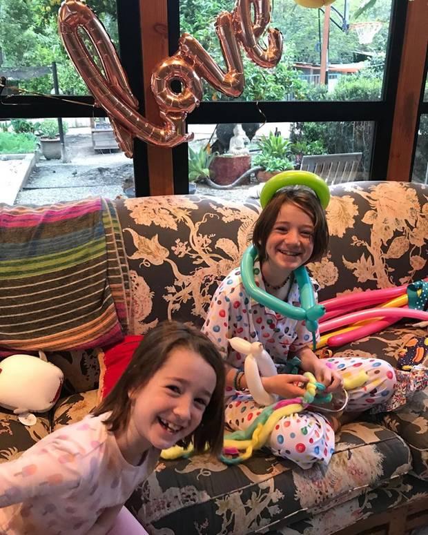 24. März 2020  Zwei Geburtstage an einem Tag: Schauspielerin Alyson Hannigan und ihre älteste Tochter Satyana Marie haben am selben Tag Geburtstag. Glückwünsche kommen auch von Schwester/Tochter Keeva und Papa/Ehemann Alexis Denisof. Zur Feier des Tages bekommen die Mädchen schulfrei vom Unterricht zu Hause.