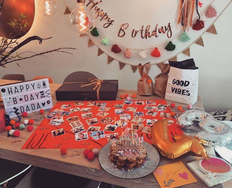 23. März 2020  Wayne Carpendale feiert seinen 43. Geburtstag und ist begeistert, was seine Frau Annie aus dem Nichts für ihn gebastelt hat. Es gibt Geschenke, einen Kuchen, und auf dem Tisch liegen die Fotos der geladenen Gäste, die wegen des Coronavirus leider nicht persönlich kommen können.