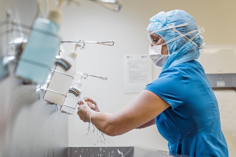 Ärzt*innen und Pfleger*innen müssen während der Coronakrise eine besondere Schutzkleidung tragen.