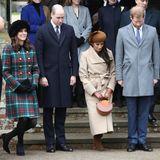 Schlagzeilen gibt es nicht nur, weil es der erste Auftritt der Prinzen mit ihren Liebstenist. Sondern auch, weil Meghan ein besonderes Privileg zuteil wird: Noch vor der Hochzeit mit Harry - und damit vor dem offiziellen Eintritt in die Königsfamilie - darf sie die Royals in die Kirche begleiten. Kate durfte das erst nach dem Jawort 2011.