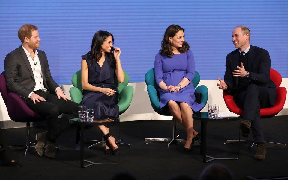 """28. Februar 2018  Der erste berufliche Auftritt der """"Fabulous Four"""": Harry, Meghan, Kate und William treten für die """"Royal Foundation"""" auf. Die Stiftung haben Harry und William 2009 gegründet. Gesprächsthemen derPodiumsdiskussion sind unter anderem die Stärkung mentaler Gesundheit, die """"Time's Up""""-Kampagne und Women Empowerment."""