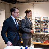 25. März 2020  Prinz Daniel und Prinzessin Victoria wagen sich aus dem Homeoffice.Die jungen Schweden zieht esunangekündigt zum Ortstermin: An derKöniglichTechnischen Hochschule in Stockholminformieren sich Victoriaund ihr Ehemann Daniel über den Forschungsstand bezüglich eines Tests, mit Hilfe dessen eine Infektion mit dem Coronavirus SARS-CoV-2 nachgewiesen werden kann.