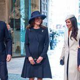 """In der Westminster Abbey reicht die Zeit für William, Kate, Meghan und Harry noch aus, um einen kleinen Plausch zu halten. Die """"Fantastischen Vier"""" sind die beste Werbung für das Königshaus. Böse Schlagzeilen sind noch weit entfernt. Das ganze Land freut sich auf die Hochzeit von Meghan und Harry sowie das dritte Kindvon Kate und William."""