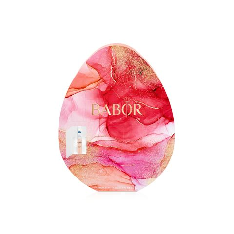 Dieses Oster-Ei ist ganz besonders beautiful! Bunte Schoko-Eier brauchen wir nicht, denn das Oster-Ei von Babor liefert uns auch in diesem Jahr eine zweiwöchige Ampullenkur, die unsere Haut so richtig strahlen lässt. Ca. 47 Euro.