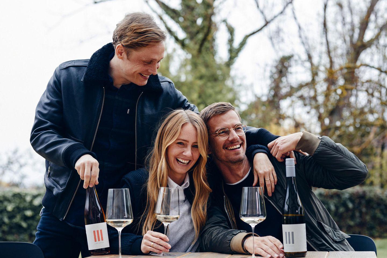 """Matthias Schweighöfer, Juliane Eller und Joko Winterscheidt trinken """"III Freunde Weine"""""""