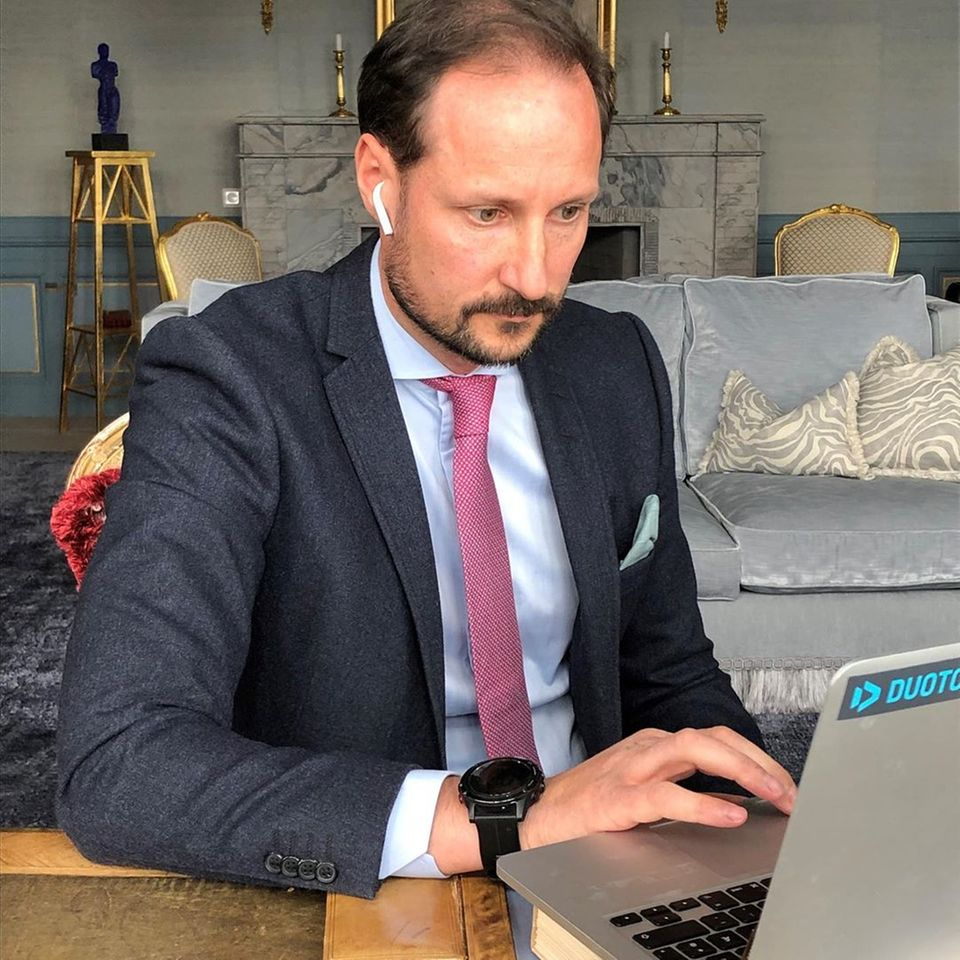 25. März 2020  Aus dem Homeoffice heraus verbindet sich Prinz Haakon per Videokonferenz mit Mitarbeitern des Universitätsklinikums Haukeland und informiert sich über den Status der norwegischen Infektionsfälle und Maßnahmen.