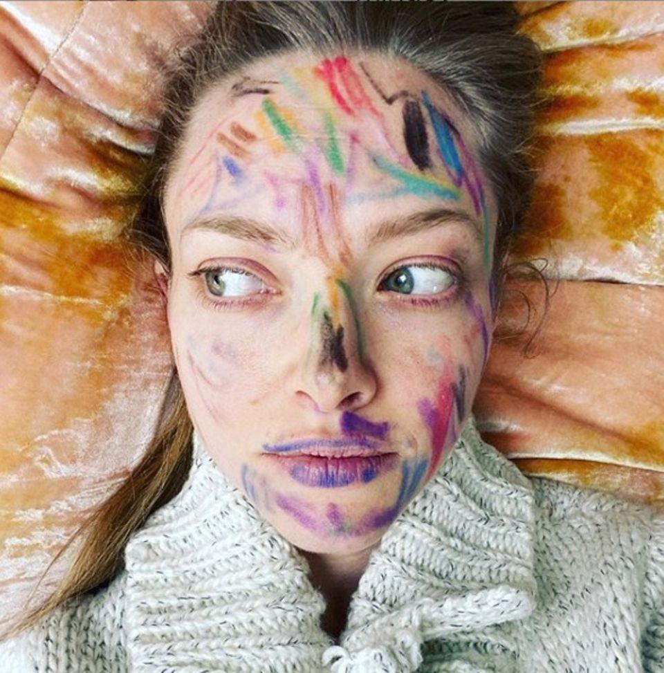 In der Quarantäne wird einem schnell langweilig. Amanda Seyfried weiß ihre Tochter Nina zu beschäftigen und wird mit einem farbenfrohen Make-up belohnt.