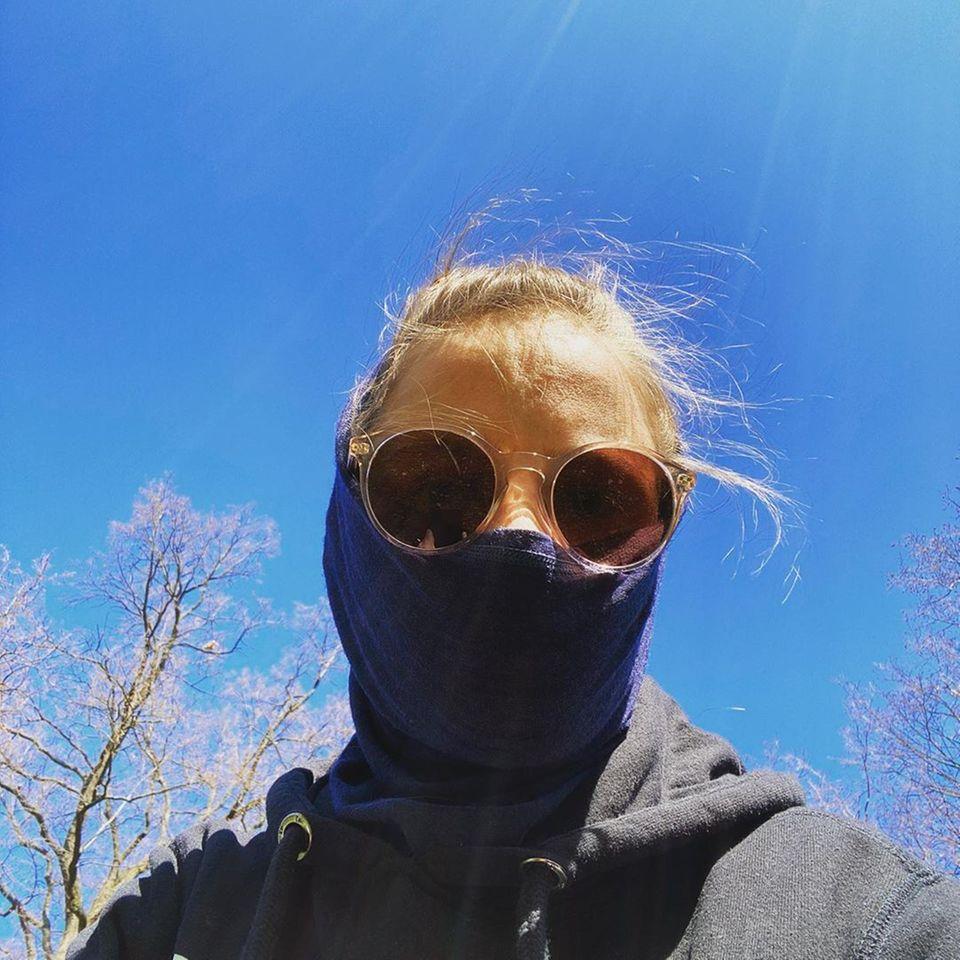 """Schauspielerin Jasna Fritzi Bauer betitelt sich selbst auf Instagram als """"Die maskierte Spaziergängerin"""". Auch sie ruft dazu auf, unbedingt eine Maske zu tragen oder zu Hause zu bleiben."""