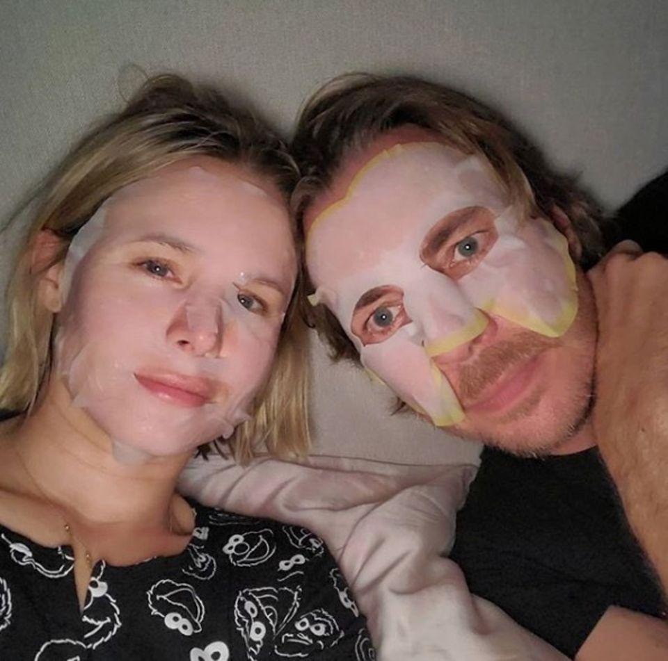 Schauspielerin Kristen Bell und ihr Ehemann Dax Shepard finden den Tag öde. Im Partnerlook gönnen sie sich eine Feuchtigkeitsmaske.