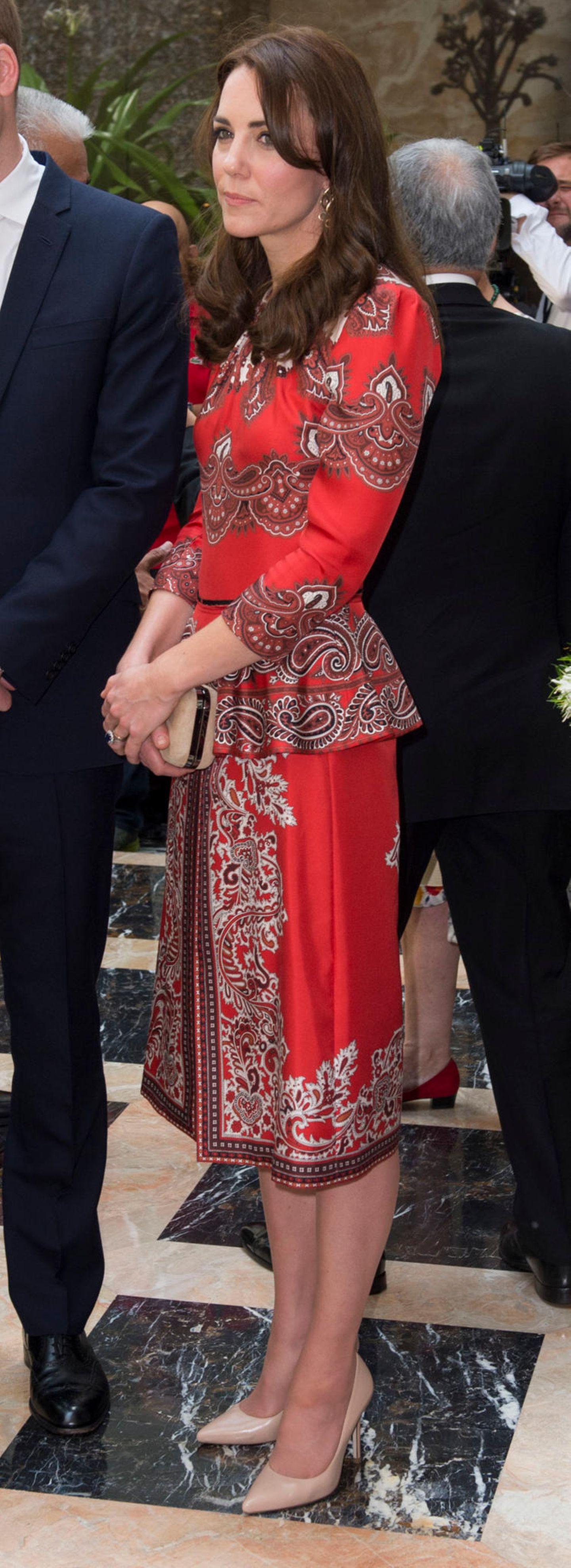 In einem auffälligen roten Kleid mit hübschen Ornamenten zeigt sich Herzogin Catherine 2016 am Tag 1 ihrer Indien-Reise zusammen mit Prinz William. Das Alexander-McQueen-Kleid mit Schößchen an der Taille und Beinschlitz ist ein toller Hingucker, den auch dieses Dessous-Model für sich entdeckt hat ...