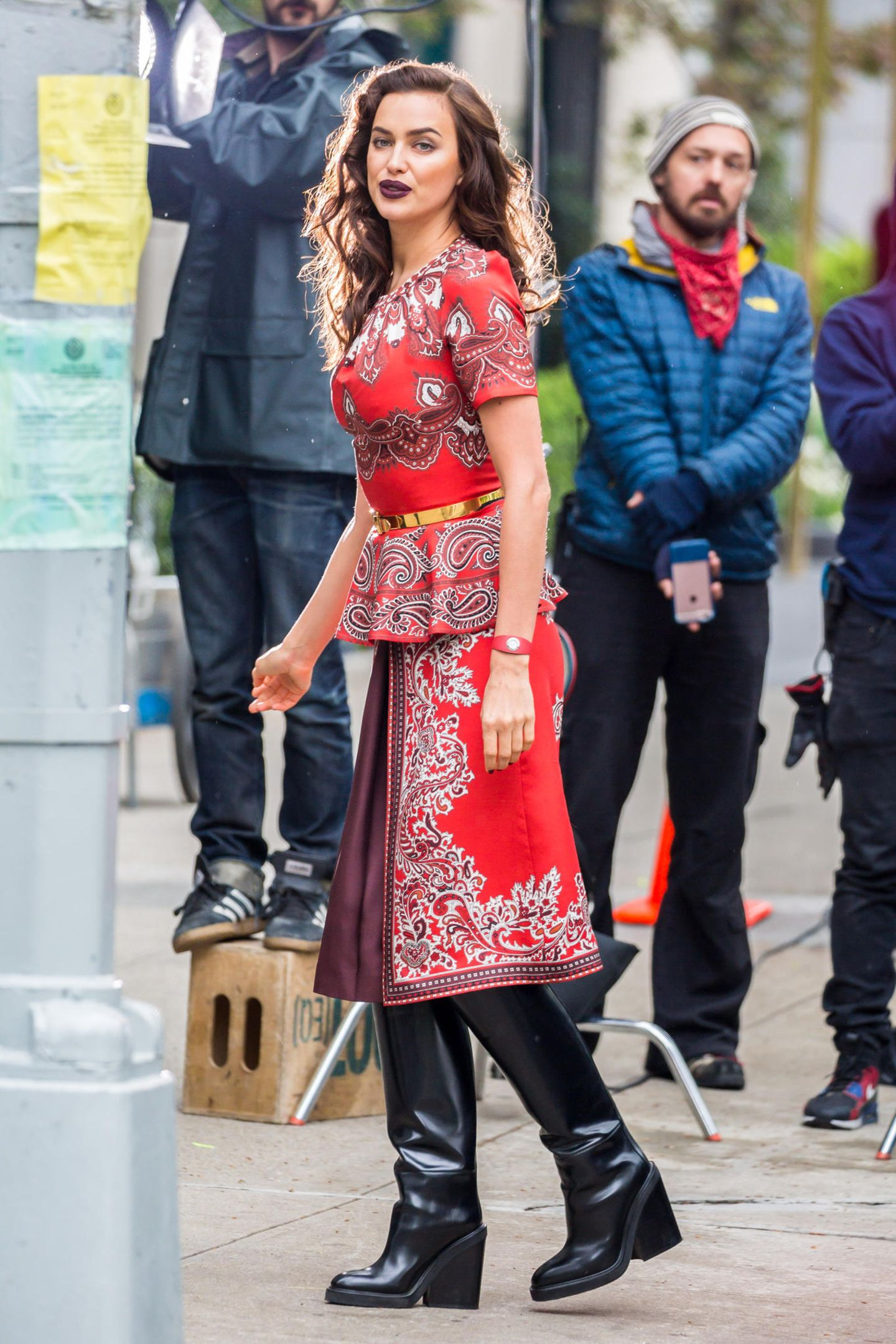 Auch wenn das Dessous- und Supermodel Irina Shayk mit der Herzogin von Campridge auf den ersten Blick nicht viel gemein hat, verbindet die beiden Frauen scheinbar einen ähnlichen Kleidergeschmack. Irina stylt es im Gegensatz zu Kate mit Stiefeln und betont durch einen goldfarbenen Gürtel zusätzlich ihre Taille.