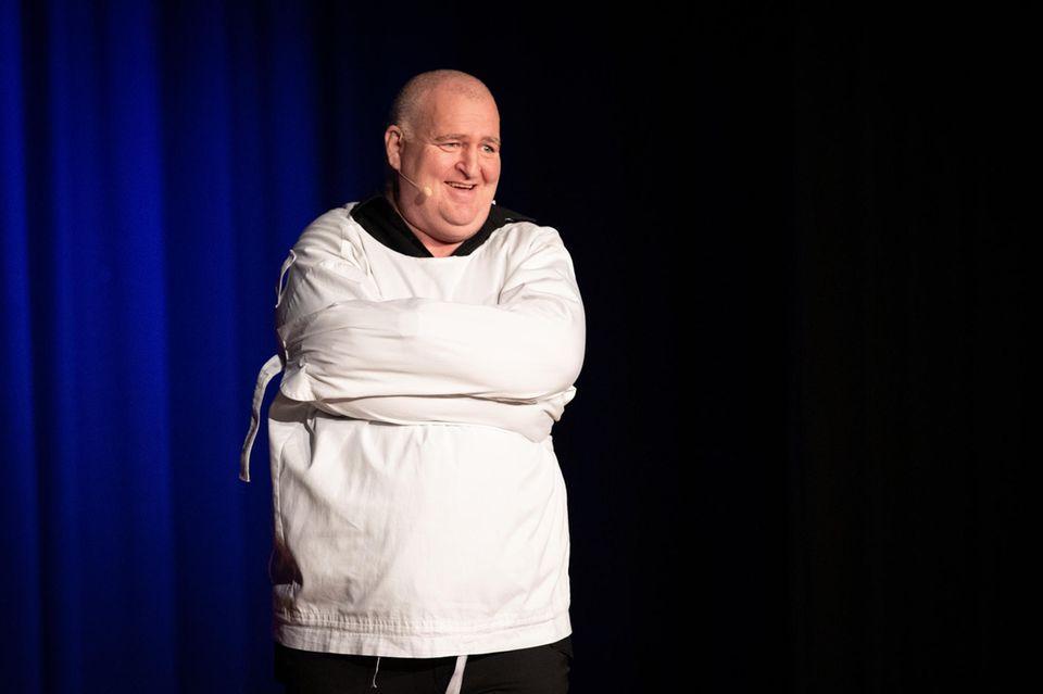 """Der Comedian Markus Maria Profitlich auf der Bühne im Rahmen seiner Tour """"Schwer verrückt!""""."""