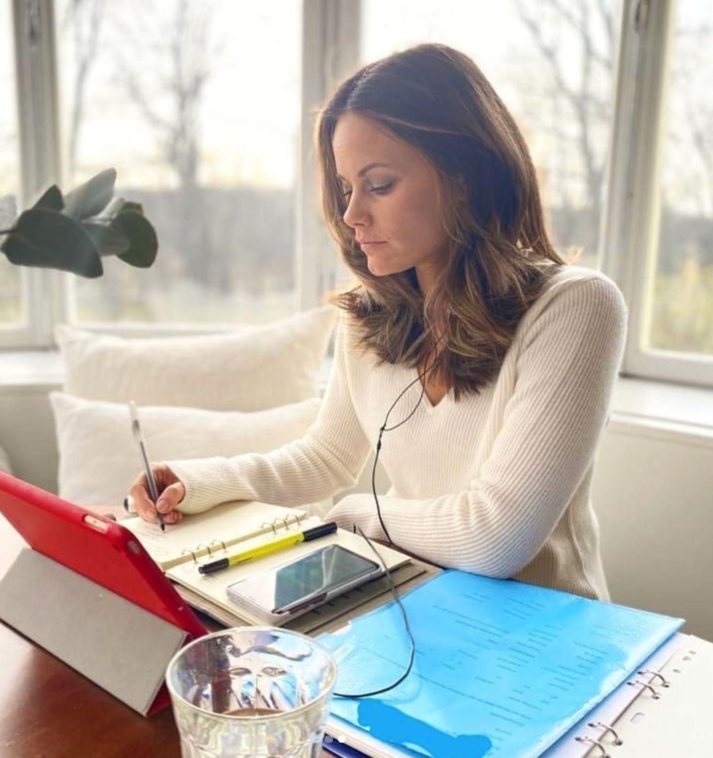 """Prinzessin Sofia hat sich ihren Arbeitsplatz in ihrem Zuhause, der Villa Solbacken nahe Stockholm, eingerichtet. """"Wie alle anderen versuchen wir, die Arbeit, die wir können, zu digitalisieren und von zu Hause aus zu arbeiten"""", schreiben sie und Prinz Carl Philip auf Instagram."""