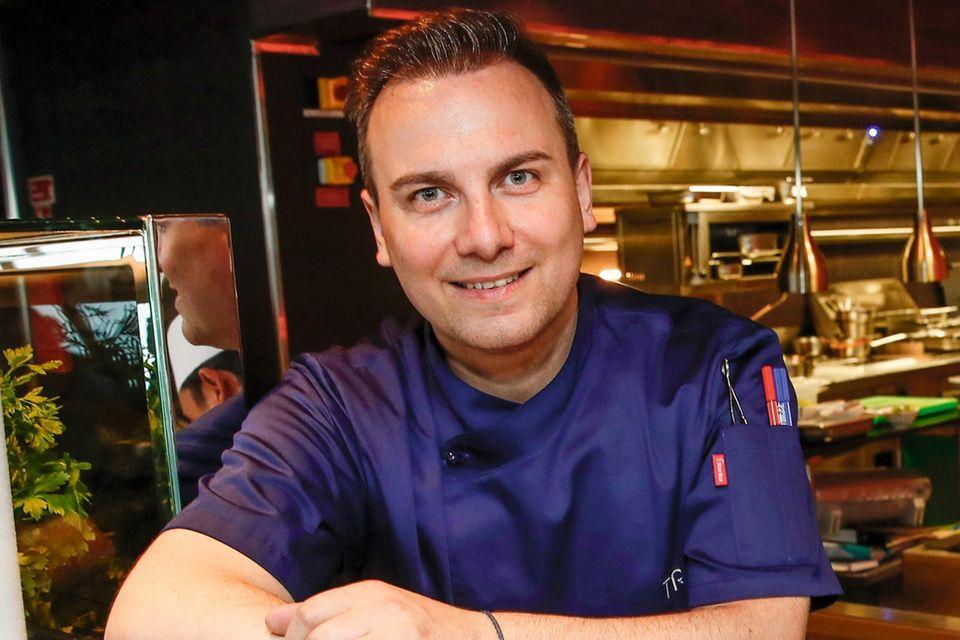 """Tim Raue. Gäste von TUI Cruises können in vier """"Hanami""""- Restaurants an Bord der """"Mein Schiff""""-Flotte die asiatische Fusionsküche des Berliner Spitzenkochs genießen. Als kulinarischer Berater geht er mit seinen Küchenchefs auch mehrmals pro Jahr persönlich zum Qualitätscheck auf jedes Schiff. (tuicruises.com)"""