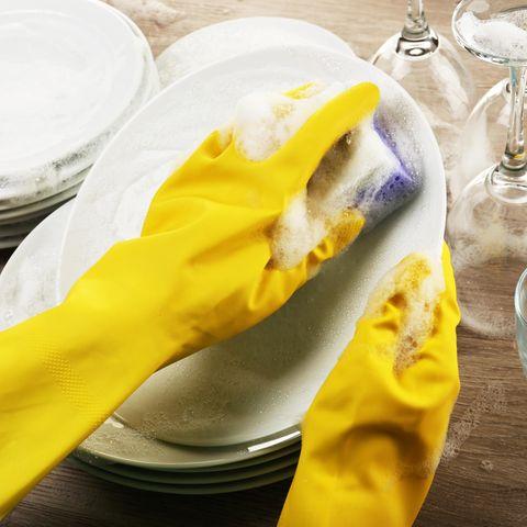 Spülmittel lässt sich ganz einfach selber machen - mit nur drei Zutaten.