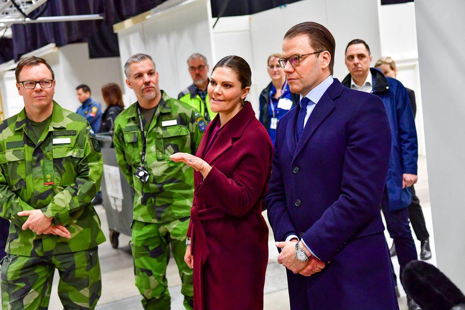 26. März 2020  Prinzessin Victoria und Prinz Daniel verlassen ihr Homeoffice für zwei wichtige Termine, die vorher geheim gehalten wurden. Ihr erster Termin führt sie zum Stockholmer Messegelände. Dort danken sie allen Mitarbeitern der Verteidigungskräfte, die Tag und Nacht daran arbeiten, das Feldkrankenhaus aufzubauen, das ab 30. Märzin Betrieb sein wird.