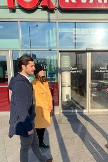 Prinz Carl Philip und Prinzessin Sofia von Schweden sindfür den guten Zweck unterwegs – sie besuchen einen Supermarkt, bei dem Kunden, die zur Coronavirus-Risikogruppe gehören, vor der regulären Öffnungszeit einkaufen können. Natürlich informieren sich beide mit ausreichendem Abstand …