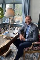 Während der Krise rund um den Coronavirus arbeitet auch Prinz Haakon von zu Hause. Gleich zwei Laptops sind auf seinem Schreibtisch positioniert – ebenso, wie zahlreiche, gerahmte Fotos seiner Liebsten. Die Tasse Kaffee oder Tee darf natürlich auch im königlichen Homeoffice nicht fehlen: Sie ist ebenfalls auf dem antiken Schreibtisch von Prinz Haakon im norwegischen Skaugum zu finden. Mit einem Lächeln im Gesicht lässt sich der Prinz ablichten und hält diese besondere Arbeitssituation fest.