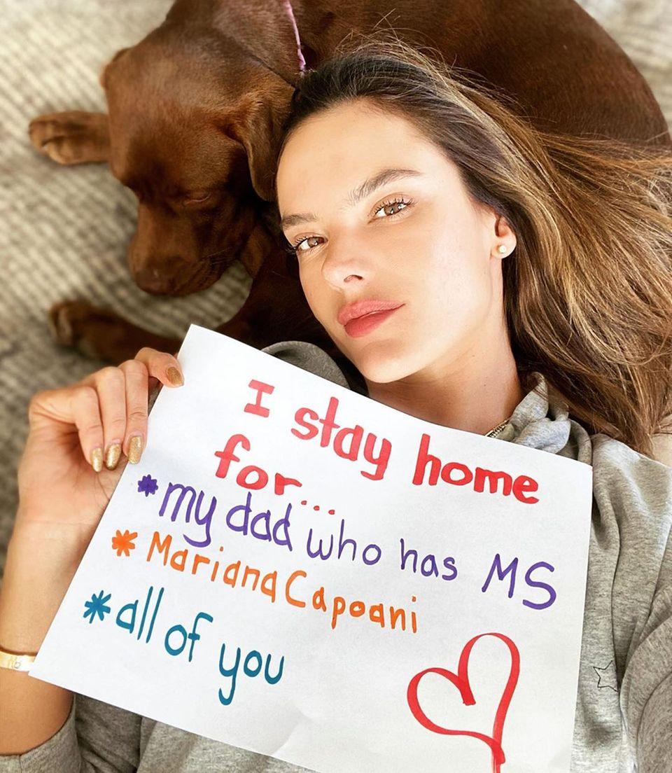 Model Alessandra Ambrosio schließt sich der Kampagne #StayHomeFor an. Sie bleibt zu Hause für ihren Vater, der an Multipler Sklerose erkrankt ist sowie für ihre beste Freundin und Ärztin Mariana Capoani.