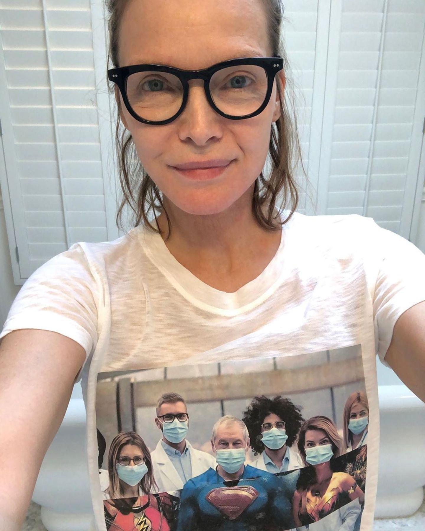 Mit einem bedruckten T-Shirt dankt Michelle Pfeiffer dem Pflegepersonal und allen Ärzten, die sich aufopfernd um die Versorgung Corona-Infizierter kümmern. So viele Menschen wie möglich sollen es ihr gleich tun und mit einem T-Shirt ein Statement abgeben.