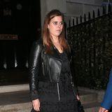 Im Mai 2018 trug Prinzessin Beatrice diesen Partylook bestehend aus kurzer Bikerjacke, schwarzemMini-Kleid uns spitzen Pumps. Eine mittlerweile ganz nahe Verwandte zeigte sich aber schon mal ganz ähnlich …