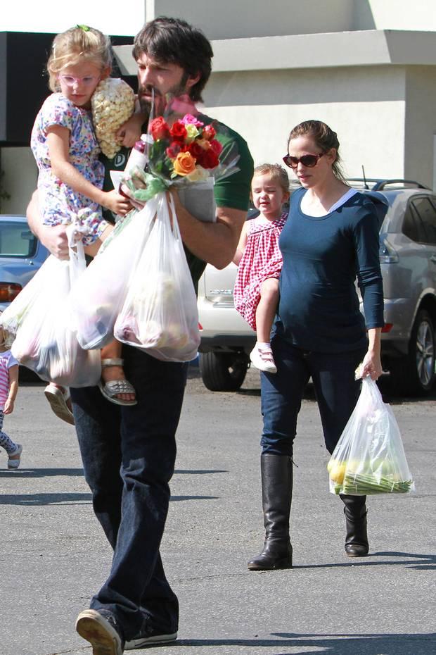 Aus der Ehe von Ben Affleck und Jennifer Garner entstammen drei gemeinsame Kinder. Die Töchter Violet und Serpahina werden 2005 und 2009 geboren. Ihr Sohn Samuel befindet sich2012 noch in Mamas Bauch. Obwohl die Beziehung des Hollywood-Traumpaares drei Jahre später indie Brüche geht,sind sie als Eltern nach wie vor ein starkes Team.