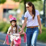Nach der Trennung von Tom Cruise wächst Suri bei ihrer Mutter auf. Katie Holmes versucht, ihrer Tochter ein möglichst normales Lebenzu ermöglichen. Häufig sieht man die beiden bei gemeinsam Spaziergängen durch New York;2012 lernt Suri im Central Park das Radfahren.